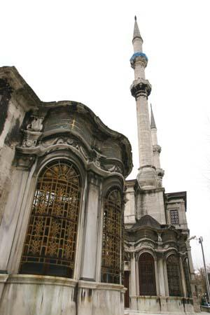 The public fountain kiosk (sebil) and the timekeeper room of Nusretiye mosque